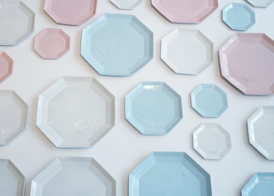 『食を彩る器』でテーブルに小さな喜びを。セットで揃えたい、かわいい食器や作家もののグラス