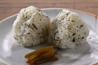 お腹に優しいヘルシー365レシピ「新茶の炊き込みご飯のおむすび」の出来上がり写真