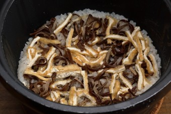 お腹に優しいヘルシー365レシピ「きくらげと油揚げの炊き込みご飯」の出来上がり写真