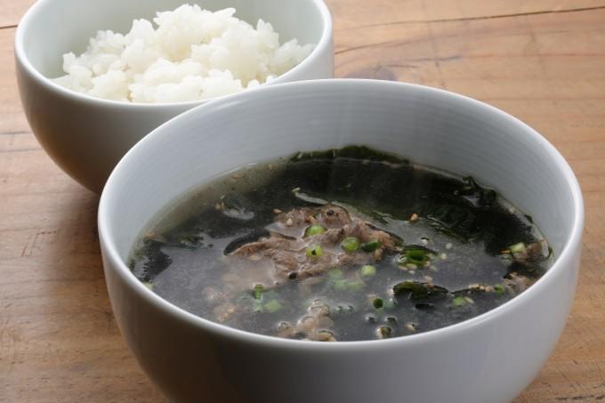 お腹に優しいヘルシー365レシピ「ワカメと牛肉のスープとご飯」の出来上がり写真