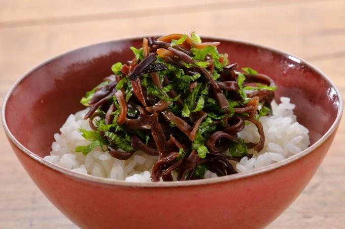 お腹に優しいヘルシー365レシピ「きくらげの佃煮と山葵菜の混ぜご飯」の出来上がり写真