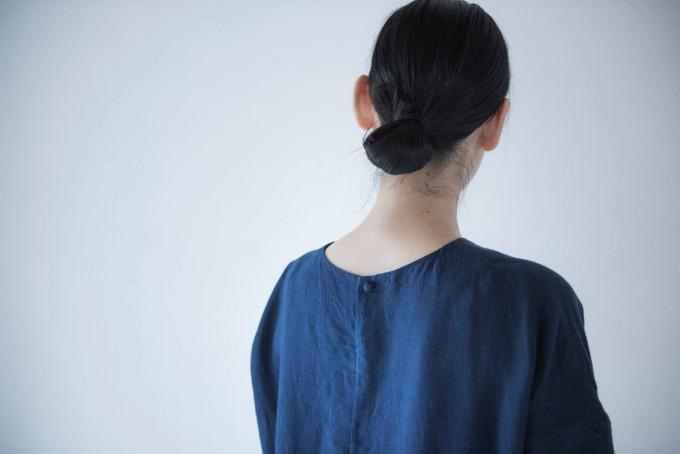「evam eva(エヴァム エヴァ)」の洋服を着たモデルの後ろ姿