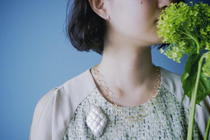 Emika Komuro(エミカ コムロ)のジュエリーをモデルの人がつけている様子