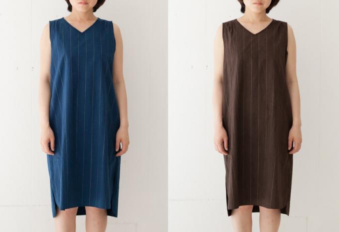 モデルが「hatsutoki(ハツトキ)」の「泥染めポプリンワンピース」を着ている様子