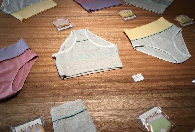 机の上に広げられている、JUBAN DO ONI(ジュバンドーニ)の下着の写真2