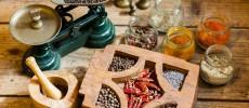 まずは粒胡椒を挽いてみることから。料理の幅が驚くほど広がるスパイスの深くて香ばしい世界。