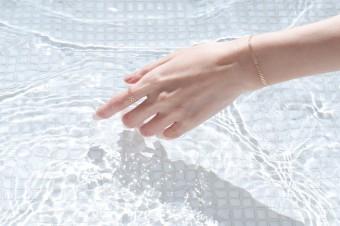 水に強くて、夏のレジャーでもなくす心配なし。箔アクセサリー「HAQUA(ハクア)」