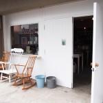 南麻布にあるイギリスヴィンテージ雑貨店の白い外観、椅子
