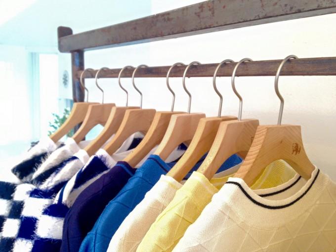 Tシャツ数種類のかかったラック