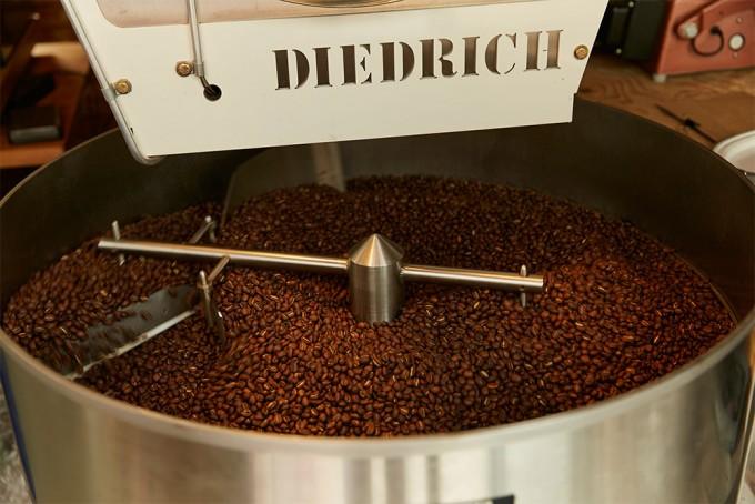 「ONIBUS COFFEE(オニバスコーヒー)」の珈琲豆が挽かれているところ
