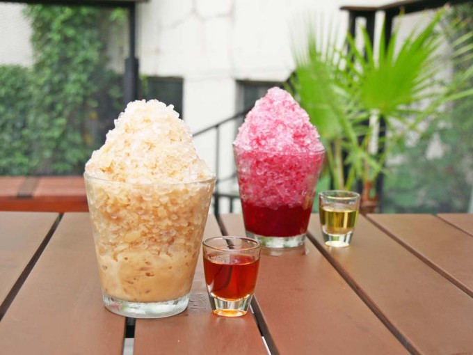 ロイヤルミルクティーのかき氷と赤いかき氷、オプションのラムとウイスキー