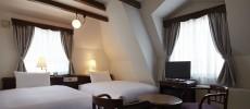 松本ホテル花月、本館の部屋(ベッドまわり)