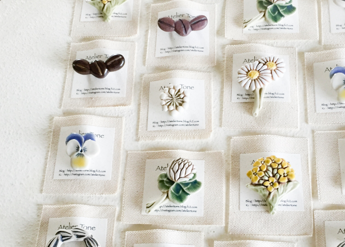 下山陽子さんが作ったお花など自然モチーフにした陶器ブローチ