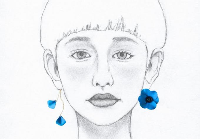 女性のイラストとレザーピアス