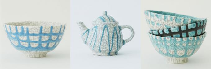 ヒビ模様が入った陶器の茶碗とポットと3つ重ねられた陶器の茶碗