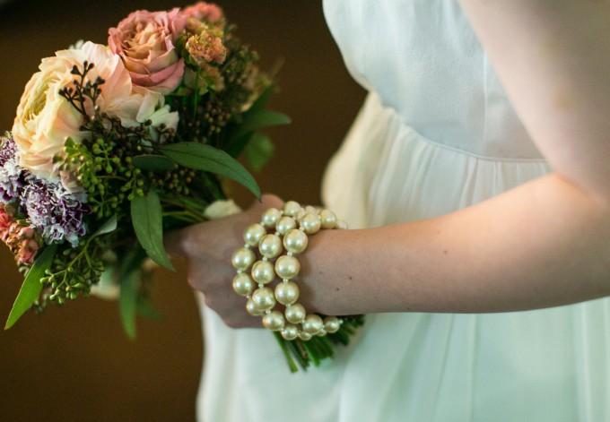 「farver(ファーヴァ)」のブーケを持った花嫁