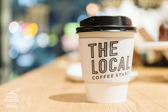 テーブルの上に置かれたTHE LOCAL COFFEE STANDのコーヒー