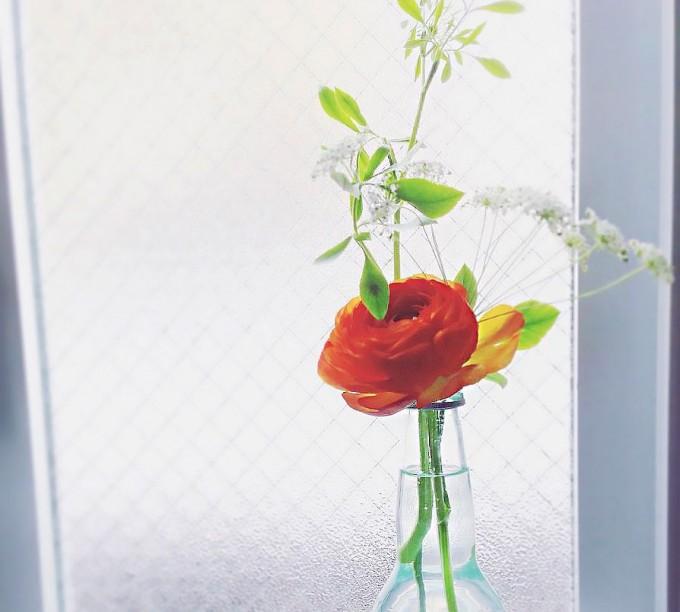 赤い花の一輪挿しにBloomee LIFE(ブルーミー ライフ)のお花