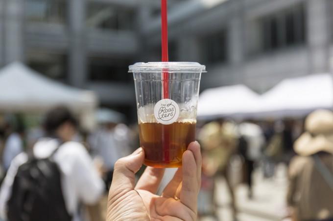 プラスチックカップに入ったコーヒー