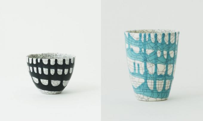 ヒビ模様の入った陶器のカップ2種類(黒、ターコイズ)