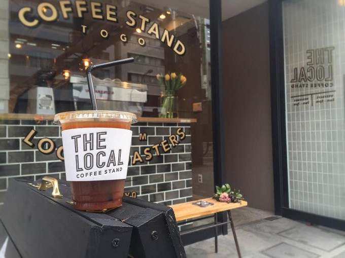 THE LOCAL COFFEE STANDの店舗前とアイスコーヒー