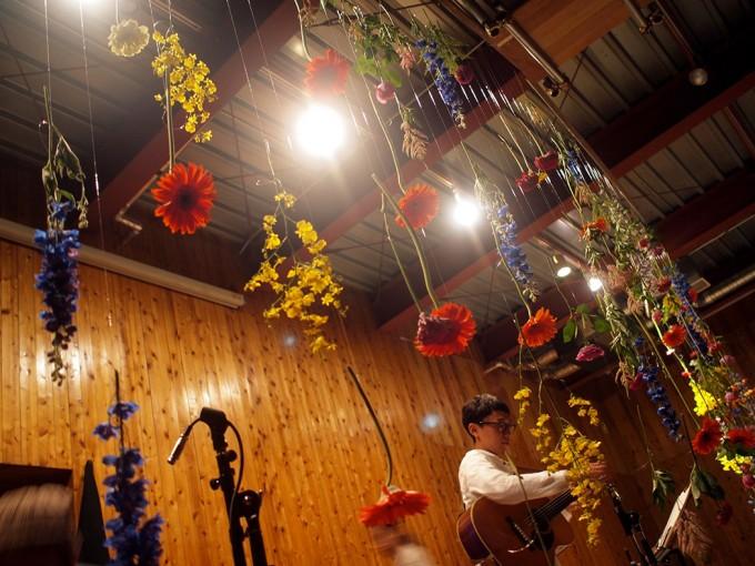 天井からつるされた花数種類
