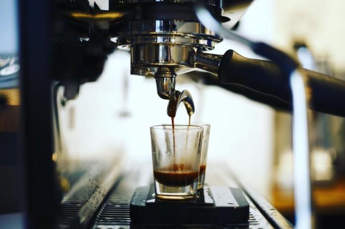 コーヒーマシンと抽出途中のコーヒー