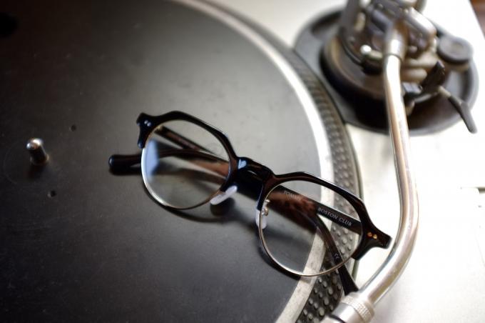 ブロウタイプのメガネ