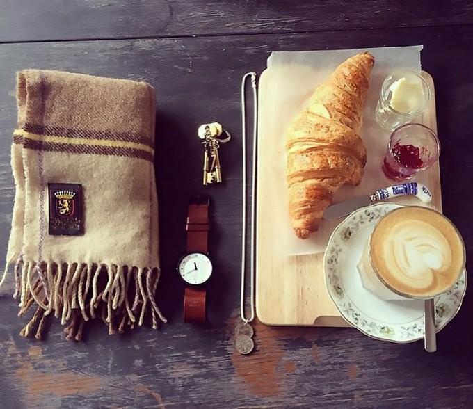 朝食とブラウンレザーのウォッチ