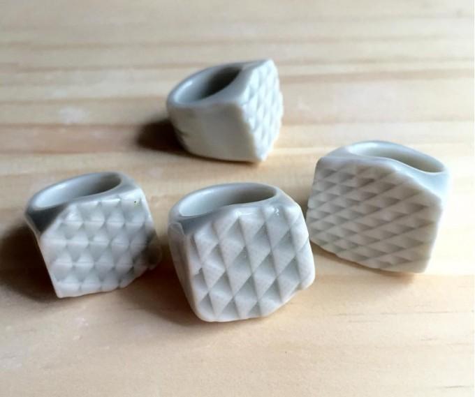 U'U'(ウウ)の幾何学模様の陶磁器リングー