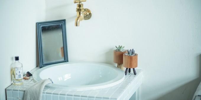 木材の花器と洗面台