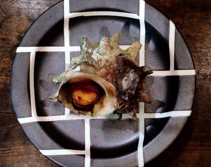 伊藤 隆美さんによる黒い器。魚介料理に合うお皿