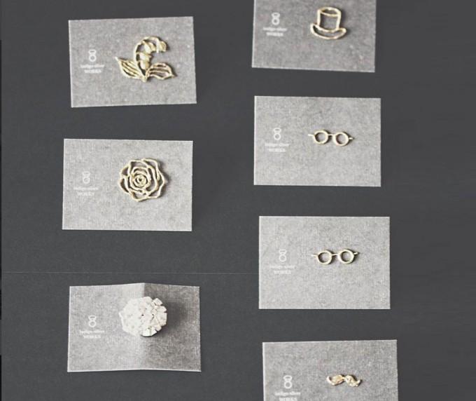 真鍮でできた花やシルクハット、めがね、ひげモチーフのブローチ