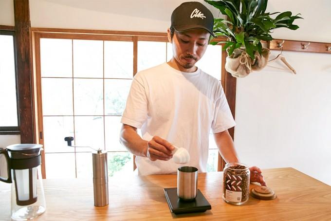 スケールでコーヒー豆を測る