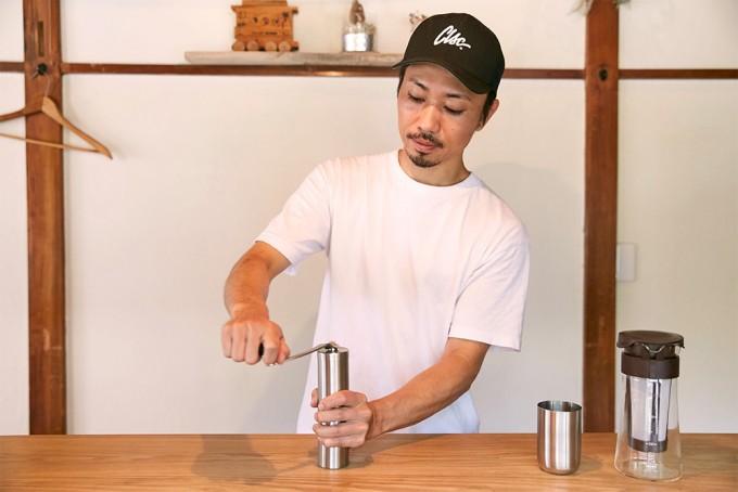コーヒーミルで豆を挽く