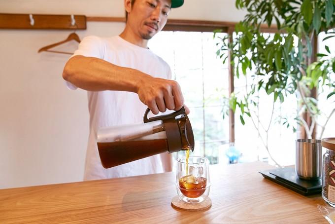 できたアイスコーヒーをグラスに注いでいるところ
