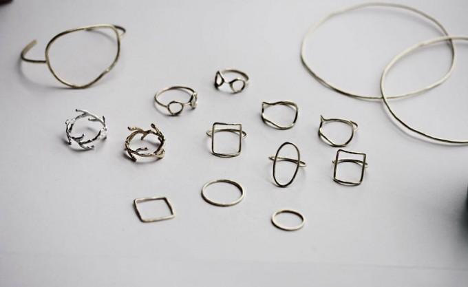 シンプルデザインのリングやバングルなどの真鍮アクセサリー