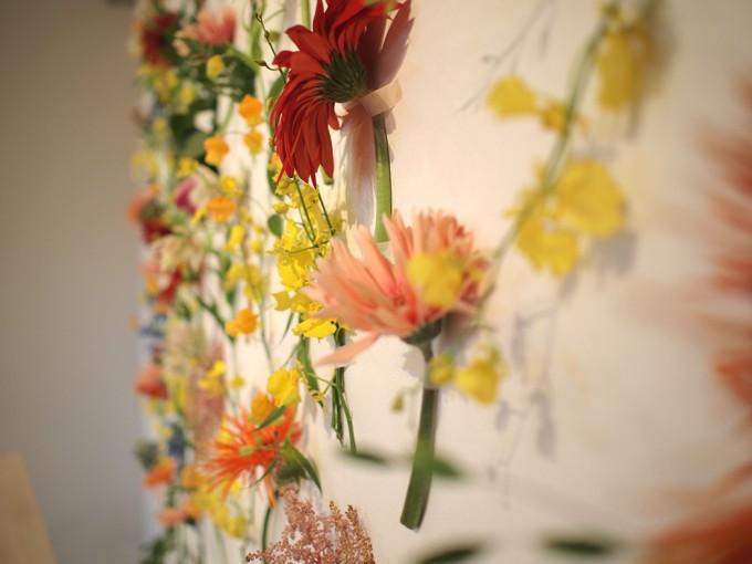 壁に吊るされた花数種類