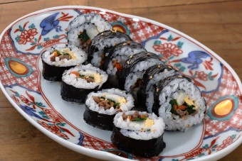 韓国風のおいしい肉入り海苔巻(のりまき)のレシピ