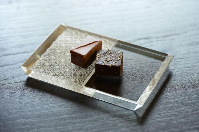 「堀口切子」の硝子のうつわに和菓子をのせている
