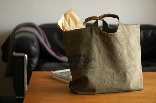 カーキ色の帆布バッグ