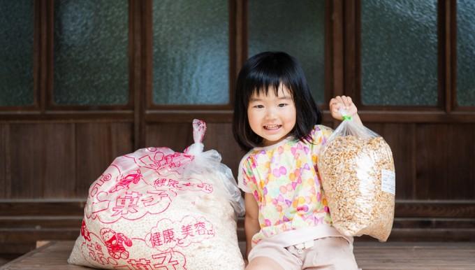 愛媛県ひなのやの「パン豆」をもつ女の子