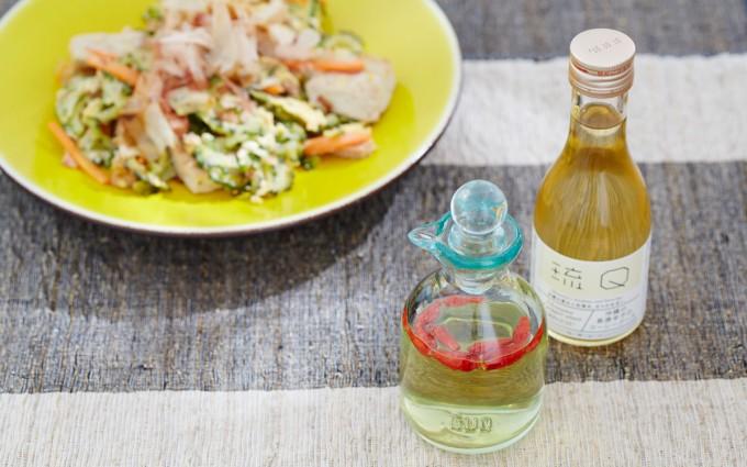 琉Q(ルキュー)の「コーレーグースと琉球ガラス瓶/4,730円(税込)」とチャンプルーの写真