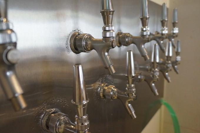 「さかづきBrewing」は醸造所を併設したビアパブ