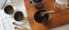 トナリ木工のスプーンとコーヒー豆を入れた器など数種類