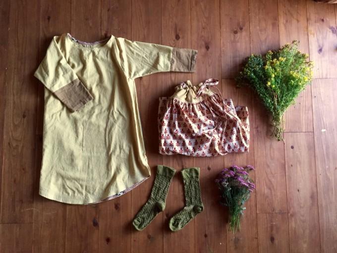 Loppis Ueda(ロッピスウエダ)に出店する「solosolo(ソロソロ)」の草木染めが施されたワンピースやソックスなど