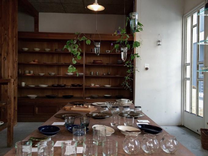 作家の作品や民藝品などが並ぶKOHORO(コホロ)の店内