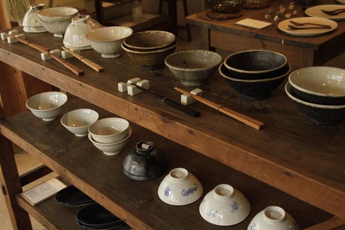 陶器作品が並ぶKOHORO(コホロ)の店内