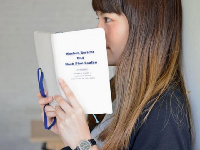 HIGHTIDE(ハイタイド)のスケジュール帳を持った女性