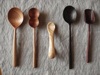 その小さな道具に魅力がたっぷり。安全面に配慮した塗料やワックスを使用した「トナリ木工」の木製スプーン